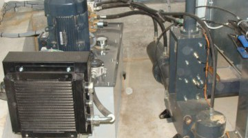 TH 600 típusú brikettáló a szűrőház alá építve, napi forgácstároló-tartállyal 80-100 kg/h teljesítménnyel