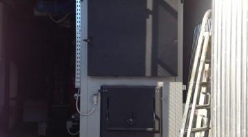 500 Kw-os aprítéktüzelésű kazán, közvetlenül a forgácstároló lemezsiló alá beépítve